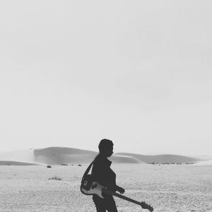 Señor con guitarra