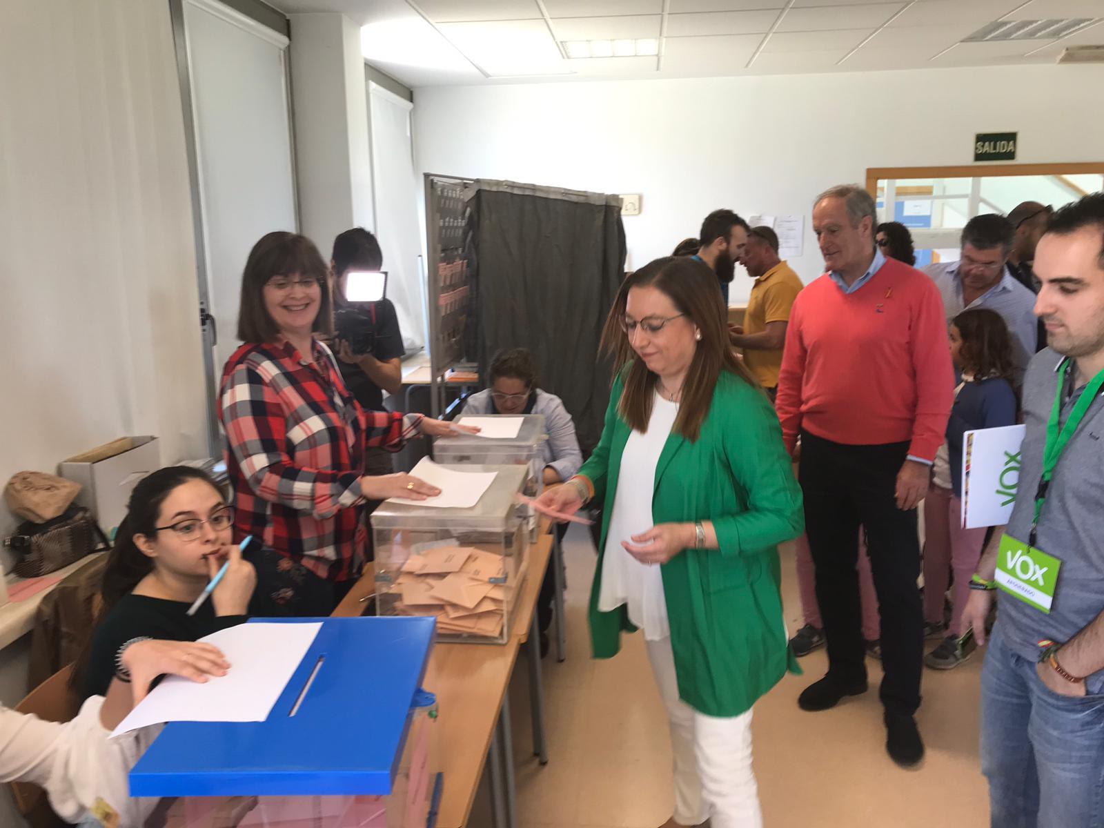 Llanos Massó, Presidente de VOX Castellón, ejerce su derecho al voto