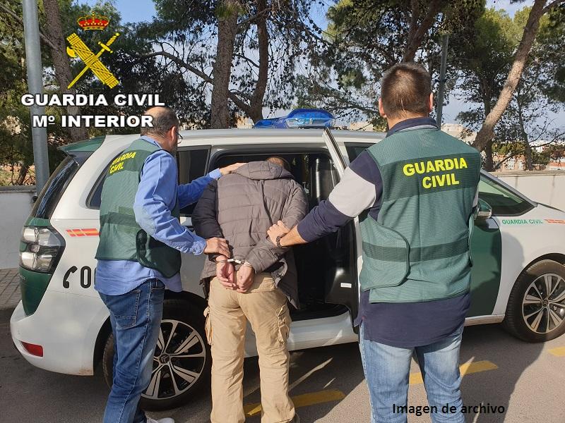 La Guardia Civil ha detenido a una persona en por dos delitos de estafa bancaria