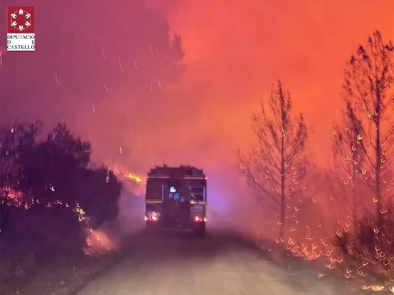 Evacuados los vecinos de Azuébar por un grave incendio forestal