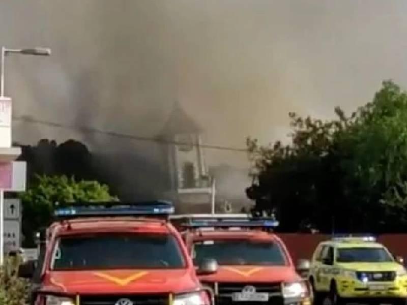 La lava entra de nuevo en Todoque y derriba espectacularmente el campanario de la iglesia