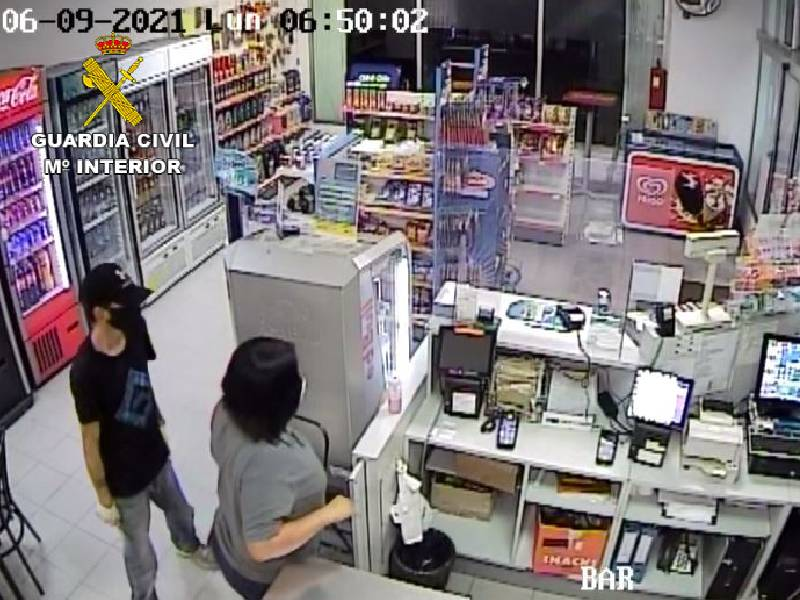 La Guardia Civil detiene a dos personas por dos delitos de robo en una gasolinera de la localidad de Almassora