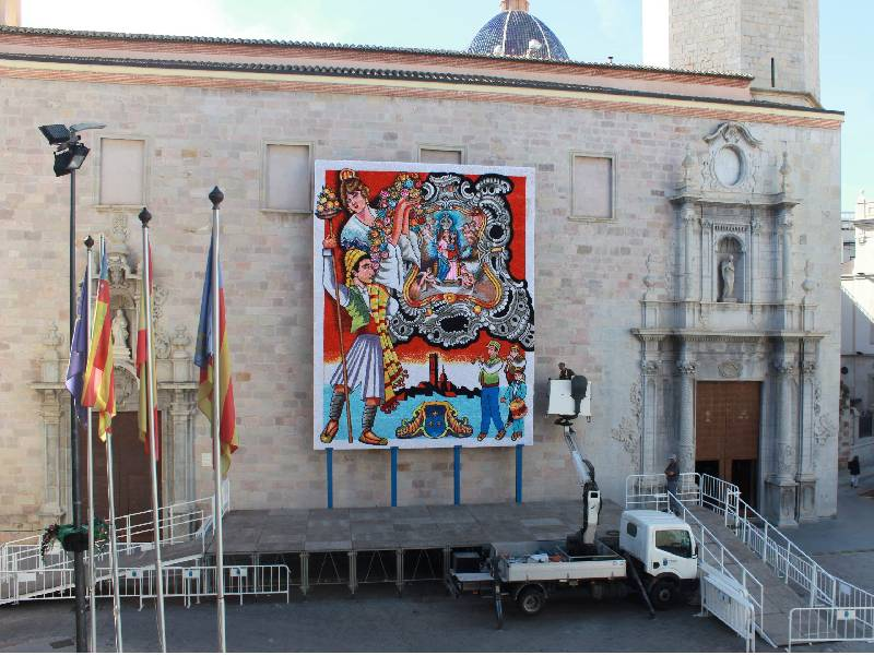 Instalan en la Plaza Mayor de Burriana el tapiz para la ofrenda de las fallas 2021
