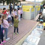 La Vall d'Uixó pinta pictogramas en los pasos de peatones para mejorar la seguridad en los colegios
